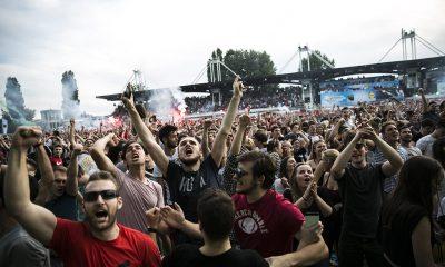 A magyar szurkolók  ünnepelnek, miután 2-0-ra legyőzték Ausztria csapatát a franciaországi labdarúgó Európa-bajnokság F csoportja első fordulójában játszott mérkőzésen a Bordeaux-i Stadionban 2016. június 14-én. Fotó: Horváth Péter Gyula