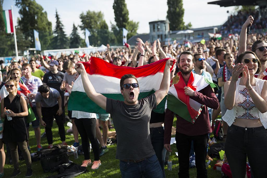 Magyarok ünnepelnek a Futball-szigeten (fotó: Horváth Péter Gyula / PestiSrácok.hu)