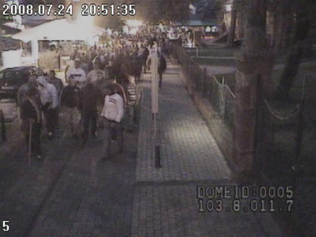 A térfigyelő kamera annak idején rögzítette az enyingi cigányvajda és bűntársai felvonulását a siófoki Petőfi sétányon. Fotó: feol.hu