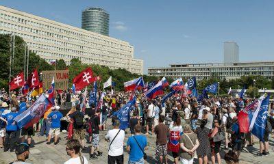 Pozsony, 2016. június 25. Az Európa iszlamizálása és az Európai Unió bevándorláspolitikája ellen, illetve Szlovákia unióból való kilépése mellett tartott tüntetés résztvevõi a pozsonyi kormánypalota elõtti Szabadság téren 2016. június 25-én. MTI Fotó: Krizsán Csaba