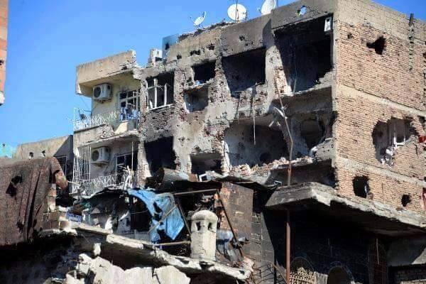 Szétlőtt épület Diyarbakırban (kép: PestiSrácok.hu)
