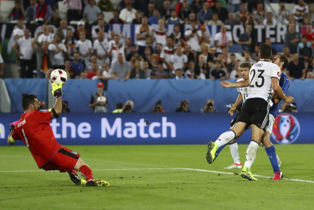 Jó az 'öreg' a háznál, Buffon hatalmas védése /Fotó: UEFA.com