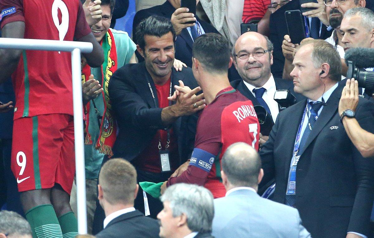 Figo gratulál / Fotó: UEFA.com