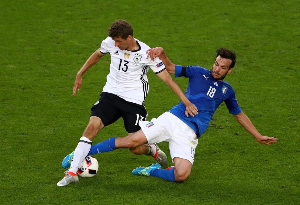 Jellemző kép, jellemző jelenet: Parolo szereli Müllert /Fotó: UEFA.com