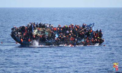 Az olasz haditengerészet által közreadott felvételen migránsok ugrálnak a