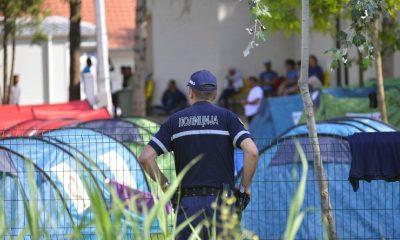 Szabadka, 2016. július 27. Egy rendõr a szabadkai befogadóállomásnál, amelyet lezártak 2016. július 27-én reggel, miután migránsok egy csoportja csatlakozni akart a Horgoson éhségsztrájkoló társaikhoz. MTI Fotó: Molnár Edvárd