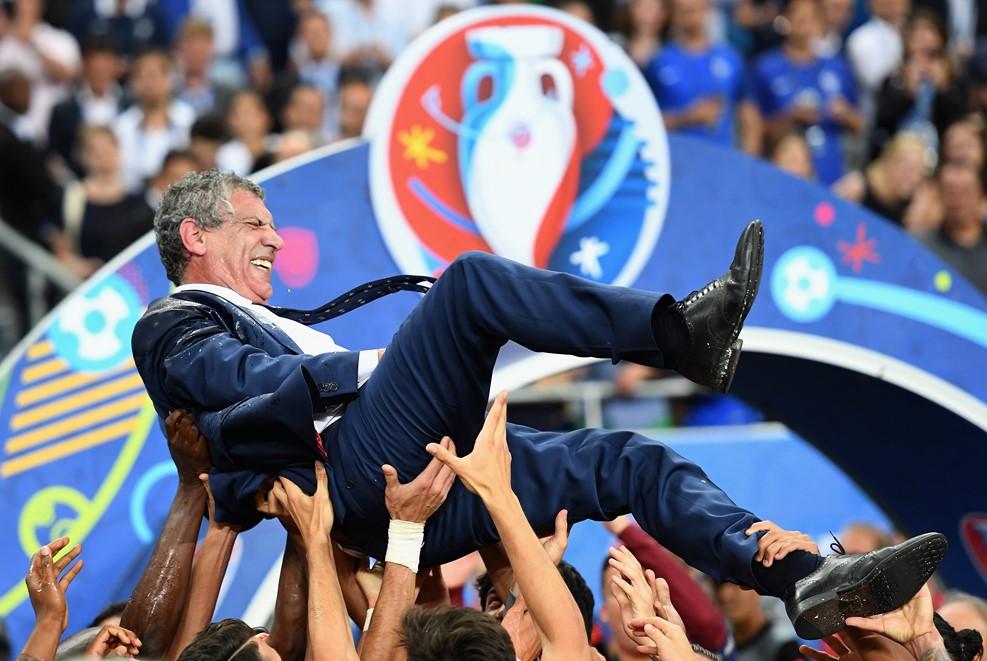 Dobálják a győztes edzőt /Fotó: UEFA.com