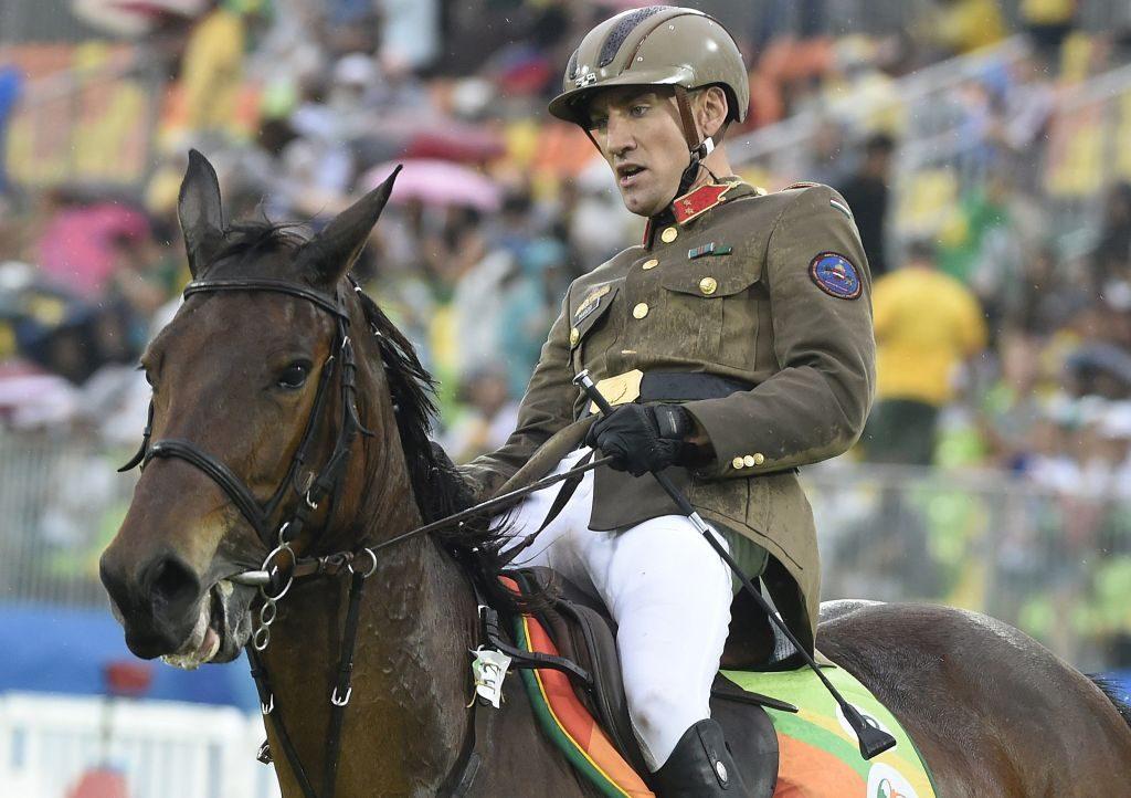 A londoni olimpia után berukkolt Marosi Ádám honvédtiszti egyenruhában lovagolt (kép: MTI / Kovács Tamás)