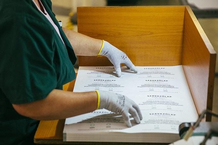 Kvótareferendum Már nyomtatják az október 2-ai országos népszavazás szavazólapjait a budapesti ANY Biztonsági Nyomdában. Szerdán a kőbányai nyomda géptermeiben és csomagolócsarnokaiban jártunk. Fotó: Horváth Péter Gyula