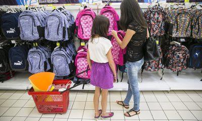 Szeptemberi tanévkezdés,l vásárlók egy Auchan  áruházban a papír-írószer részlegen. Fotó: Horváth Péter Gyula
