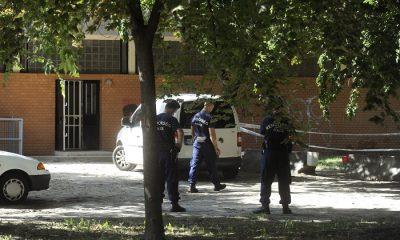 Budapest, 2016. augusztus 24. Rendõrök helyszínelnek a Vénusz utcai postahivatal hátsó kijáratánál a fõváros XXI. kerületében 2016. augusztus 24-én, miután egy férfi megpróbálta kirabolni a postát. A férfi a hátsó kijáratnál lõfegyverrel vagy utánzatával a kezében, hangos kiáltásokkal az ott tartózkodó két alkalmazott felé rohant. A két nõ becsapta az ajtót védõ vasrácsot, mire a férfi elhagyta a helyszínt. Senki nem sérült meg és lövés sem dördült. MTI Fotó: Mihádák Zoltán