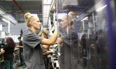 Budapest, 2015. szeptember 4. Munkások többfunkciós kéziszerszámot szerelnek a Robert Bosch Power Tool Kft. miskolci üzemében 2015. szeptember 4-én. A gyárban legyártották a 75 milliomodik kéziszerszámot. MTI Fotó: Vajda János