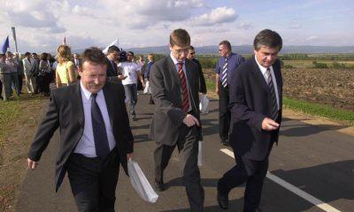 Nagyréde, 2004. szeptember 16. Hiesz György, Gyöngyös polgármestere (b), Gyurcsány Ferenc miniszterelnök-jelölt (k) és Sós Tamás, a Heves Megyei Közgyûlés elnöke (j) részt vesz a Nagyrédét elkerülõ, 3,5 kilométer hosszú út avatásán. MTI Fotó: H. Szabó Sándor