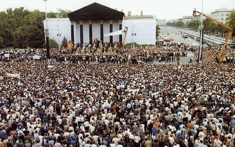 Nagy Imre hőskultuszához sokat tett 1989. június 16-i, tömegmegmozdulássá váló újratemetése. (kép: mek.oszk.hu)