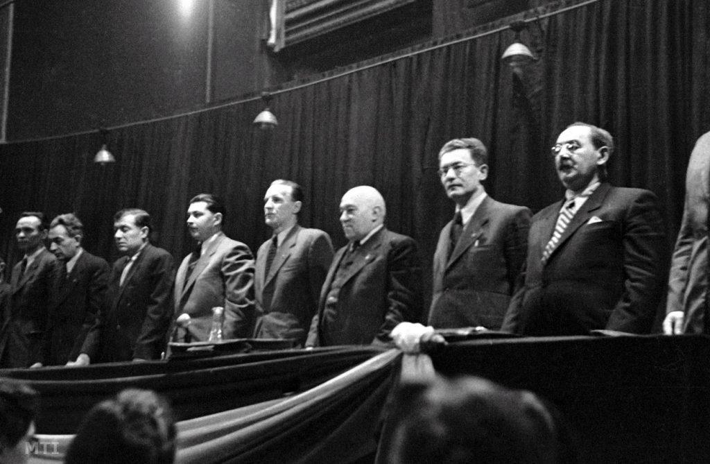 Kommunista vezetők 1948. január 12-én balról jobbra: Rajk László, Gerő Ernő, Kossa István, Kovács István, Kádár János, Rákosi Mátyás, Révai József és Nagy Imre (kép: index.hu)