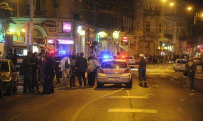 Budapest, 2016. szeptember 25. Rendõrautó 2016. szeptember 25-én a fõvárosi Király utca és a Teréz körút keresztezõdéséhez közel, ahol ismeretlen eredetû robbanás történt 24-én késõ este az egyik földszinti üzlethelyiségben. Az elsõdleges információk szerint két ember megsérült, a mentõk kórházba szállították õket. A rendõrség körbezárta a környéket, vizsgálják a robbanás körülményeit. MTI Fotó: Mihádák Zoltán