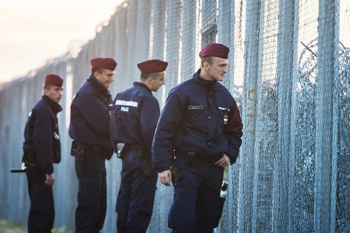 Rendőrök járőröznek az ideiglenes biztonsági határzár mellett a magyar-szerb határon. Fotó: nol.hu
