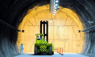 Bátaapáti, 2012. december 5. Munkagép helyezi el az elsõ, kilenc atomerõmûvi hulladékkal megtöltött hordót tartalmazó betonkonténert a Nemzeti Radioaktívhulladék-tároló elsõ föld alatti kamrájának felavatásán Bátaapátiban 2012. december 5-én. MTI Fotó: Kálmándy Ferenc