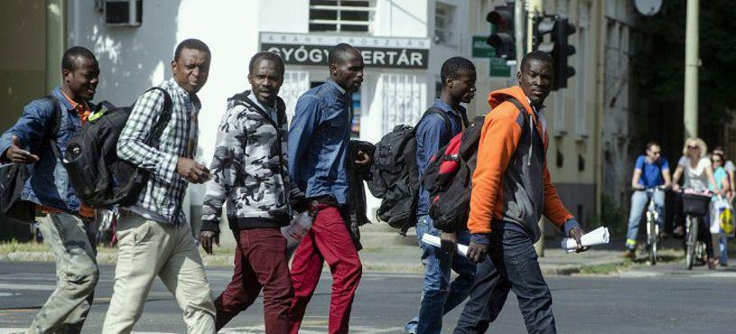 Éppen migránsokkal találkozik a város lakossága Szegeden (kép: valasz.hu)