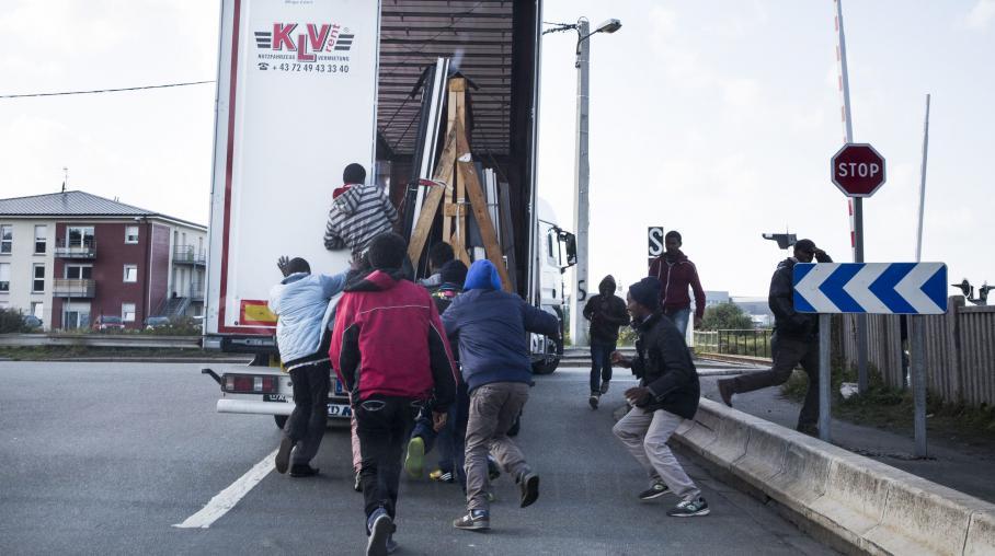 A calais-i dzsungelben kompnak használják a Nagy-Britannia felé tartó kamionokat a migránsok. (kép: francetvinfo.fr)