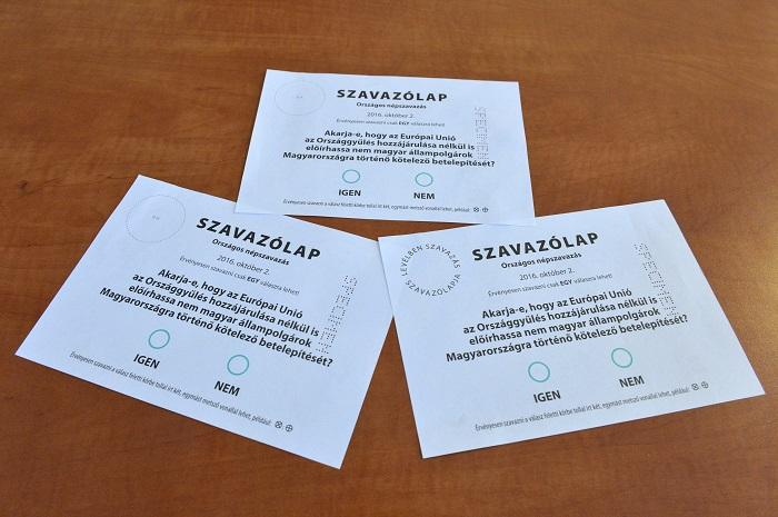 Budapest, 2016. augusztus 3. A kvótareferendum szavazólapjainak mintái a Nemzeti Választási Iroda fõvárosi székházában 2016. augusztus 3-án. A Nemzeti Választási Bizottság (NVB) ezen a napon jóváhagyta az októberi népszavazás szavazólapjainak mintáit, az egyik a magyarországi, a másik a levélben szavazásra készült. MTI Fotó: Máthé Zoltán