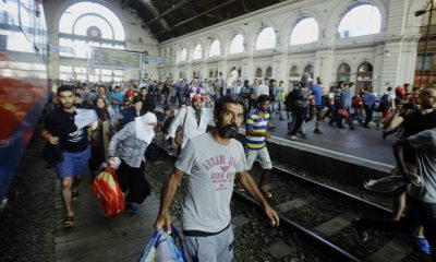 Migrants of several countries arrive at Keleti (East) railway station in Budapest on September 3, 2015. A train carrying between 200 and 300 migrants left Budapest's main international train station and headed toward the Austrian border, after authorities re-opened the station to migrants.  AFP PHOTO / PETER KOHALMI / AFP / PETER KOHALMI