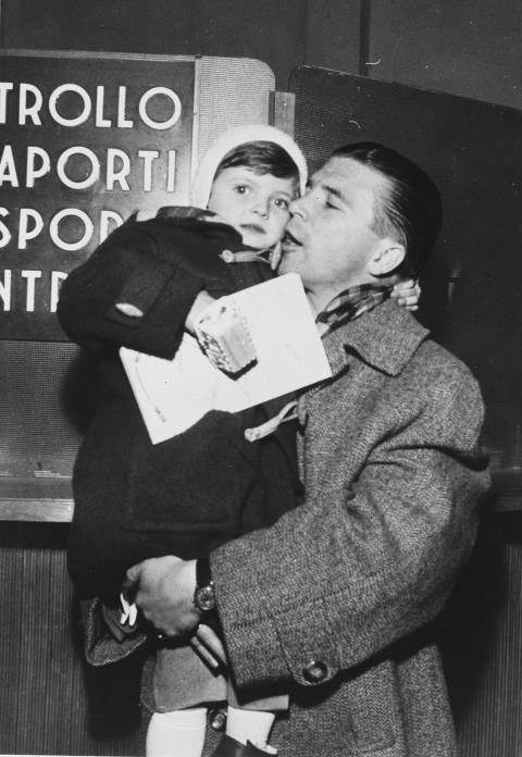 Puskás Ferenc a kislányával 1956 decemberében / Forrás: Wikipedia.com