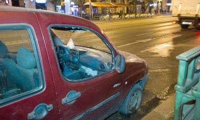Budapest, 2016. szeptember 25. A Teréz körút 2-4. házszámnál szeptember 24-én éjszaka történt robbantás következtében megsérült autó 2016. szeptember 25-én, a helyszínelés után. A robbantás célpontjai a rendõrjárõrök voltak. A házi készítésû, repeszképzõ anyagokkal kombinált robbanószerkezet súlyosan megsebesített két rendõrt. MTI Fotó: Lakatos Péter
