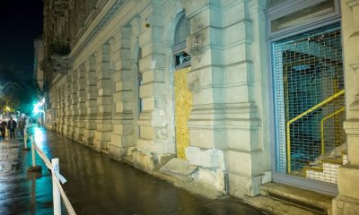 Budapest, 2016. szeptember 25. A Teréz körút 2-4. házszámnál szeptember 24-én éjszaka történt robbantás nyomai 2016. szeptember 25-én, a helyszínelés után. A robbantás célpontjai a rendõrjárõrök voltak. A házi készítésû, repeszképzõ anyagokkal kombinált robbanószerkezet súlyosan megsebesített két rendõrt. MTI Fotó: Lakatos Péter