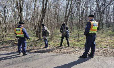 Ásotthalom, 2015. február 13. Rendőrök feltartóztatott határsértőket őriznek Ásotthalom külterületén, néhány száz méterre a magyar-szerb határtól 2015. február 13-án. MTI Fotó: Kelemen Zoltán Gergely