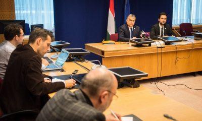 Brüsszel, 2016. október 21. A Miniszterelnöki Sajtóiroda által közreadott képen Orbán Viktor miniszterelnök (j2) sajtótájékoztatót tart az Európai Tanács kétnapos csúcstalálkozója után Brüsszelben 2016. október 21-én. Mellette Havasi Bertalan, a Miniszterelnöki Sajtóiroda vezetõje. MTI Fotó: Miniszterelnöki Sajtóiroda/botár Gergely