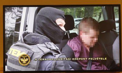 Budapest, 2016. október 20. A Teréz körúti robbantás feltételezett elkövetõjének elfogásáról készült videofelvételt vetítik le az elfogást bejelentõ sajtótájékoztatón a Központi Nyomozó Fõügyészségen 2016. október 20-án. Elõre kitervelten, több emberen, hivatalos személy sérelmére elkövetett emberölés kísérletével és robbanóanyaggal visszaéléssel gyanúsított meg a Központi Nyomozó Fõügyészség egy magyar állampolgárságú, ezidáig büntetlen elõéletû fiatalembert a Teréz körúti robbantással összefüggésben. MTI Fotó: Szigetváry Zsolt