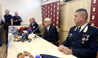 Budapest, 2016. október 20. Keresztes Imre főügyész, a Központi Nyomozó Főügyészség vezetője (k), Papp Károly altábornagy, országos rendőrfőkapitány (j3) és Hajdu János, a Terrorelhárító Központ (TEK) főigazgatója (j) sajtótájékoztatót tart a Központi Nyomozó Főügyészségen 2016. október 20-án a Teréz körúti robbantás feltételezett elkövetőjének elfogásáról. Előre kitervelten, több emberen, hivatalos személy sérelmére elkövetett emberölés kísérletével és robbanóanyaggal visszaéléssel gyanúsított meg a Központi Nyomozó Főügyészség egy magyar állampolgárságú, ezidáig büntetlen előéletű fiatalembert a Teréz körúti robbantással összefüggésben. MTI Fotó: Szigetváry Zsolt