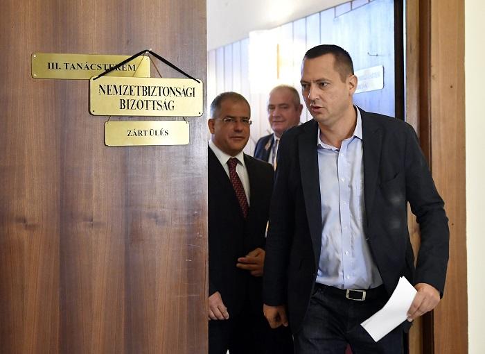Budapest, 2016. szeptember 26. Kósa Lajos, a rendészeti bizottság fideszes elnöke (b) és Molnár Zsolt, a nemzetbiztonsági bizottság szocialista elnöke távozik az Országgyûlés nemzetbiztonsági, valamint honvédelmi és rendészeti bizottságának zárt ülésérõl az Országházban 2016. szeptember 26-án. Az összevont ülést a fõvárosi Teréz körúton szeptember 24-én történt robbantással kapcsolatban tartották. MTI Fotó: Illyés Tibor