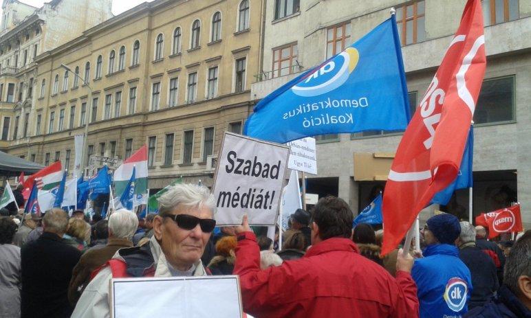 Pártaktivisták alkották a tömeg jelentős részét (kép: atv.hu)