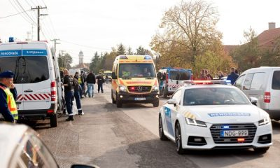 Bõny, 2016. október 26. A 74 éves sérült elkövetõt viszi el egy mentõautó rendõri kísérettel 2016. október 26-án Bõny fõutcáján, a Szabadság úton, ahol lövöldözés volt. MTI Fotó: Krizsán Csaba