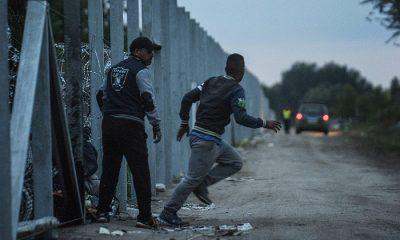 Röszke, 2015. szeptember 10. Migránsok lépik át a magyar-szerb határt az épülő ideiglenes határzár mellett Röszke térségében 2015. szeptember 10-én reggel. MTI Fotó: Ujvári Sándor
