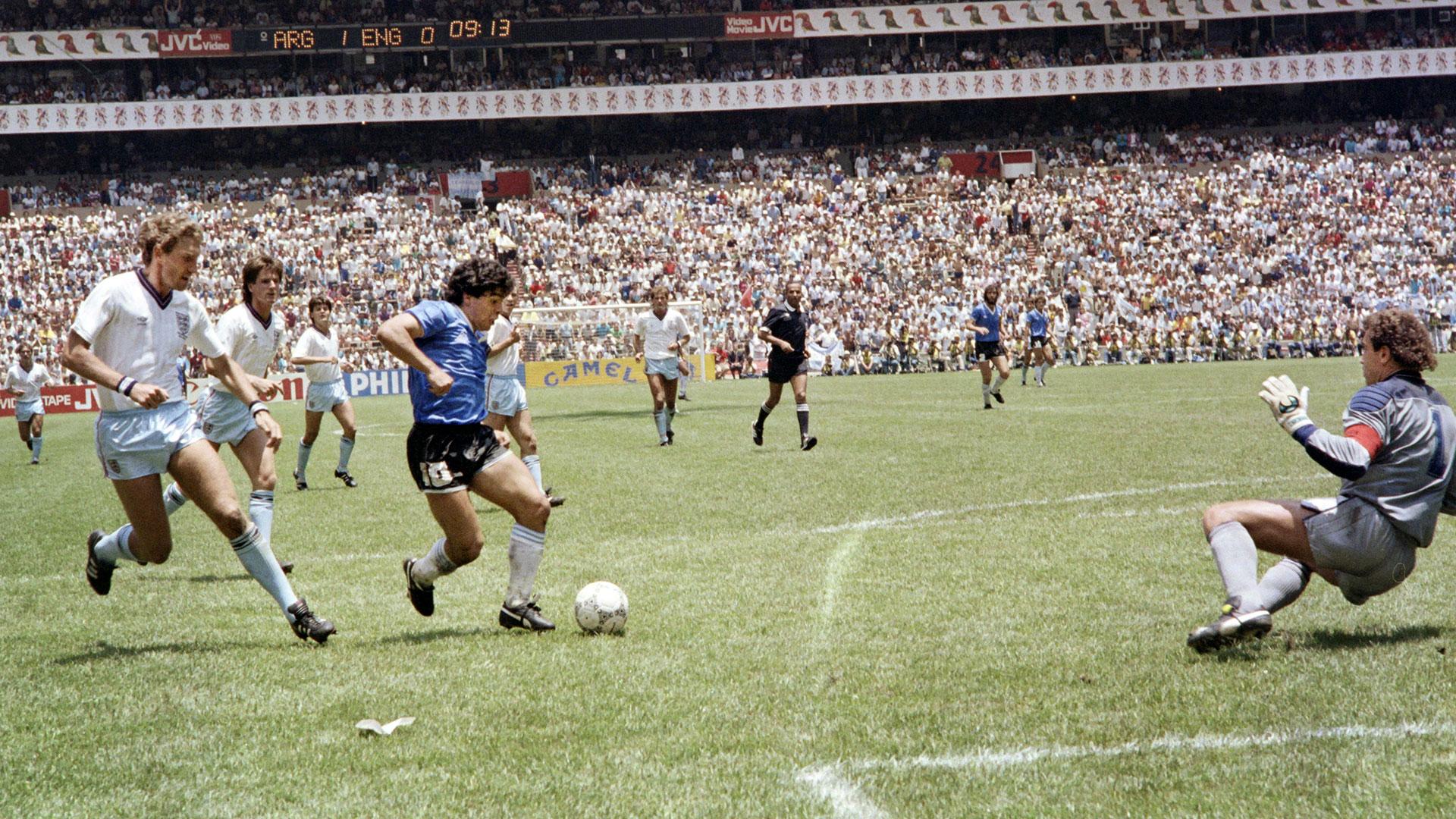 Maradona belővi a futballtörténelem talán legzseniálisabb gólját / Fotó: Goal.com