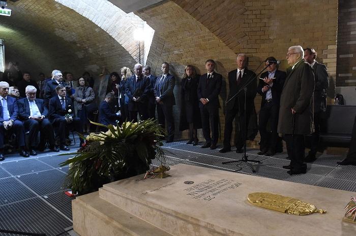 Budapest, 2016. október 25. Boross Péter volt miniszterelnök, a Szabadságharcosokért Közalapítvány elnöke (j) beszédet mond az 1956. október 25-i Kossuth téri sortûz áldozatainak tiszteletére rendezett megemlékezésen az 1956-os emlékhelyen, a Kossuth téren 2016. október 25-én. Középen Kövér László, az Országgyûlés elnöke, mellette balra Schmidt Mária, az 1956-os emlékév kormánybiztosa, a Terror Háza Múzeum fõigazgatója. MTI Fotó: Kovács Tamás