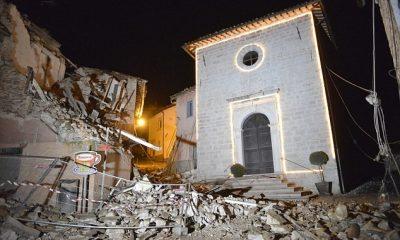 A San Sebastiano templom összedőlt házak között Castelsantangelo sul Nera-ban. Fotó: AP
