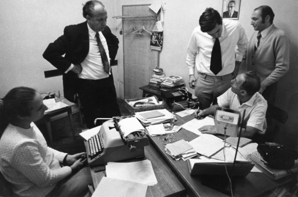 A kép illusztráció, a fotón a rádiós 168 óra szerkesztősége látható, középen a felelős szerkesztő Ipper Pál /Forrás: Fortepan.hu