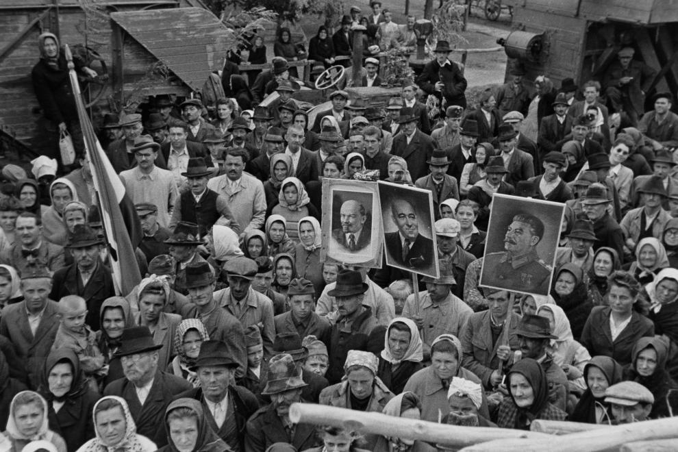 Sokatmondó tekintetek, íme, egy kommunista ünnep /Fotó: Fortepan.hu