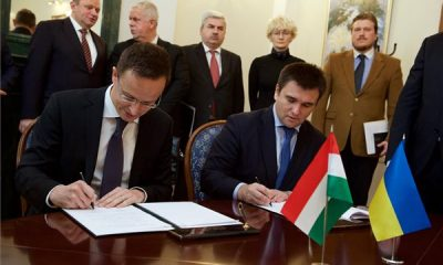 A Külgazdasági és Külügyminisztérium (KKM) által közreadott képen Szijjártó Péter külgazdasági és külügyminiszter (b) és Pavlo Klimkin ukrán külügyminiszter konzultációs tervet ír alá Kijevben 2016. október 28-án. MTI Fotó: KKM