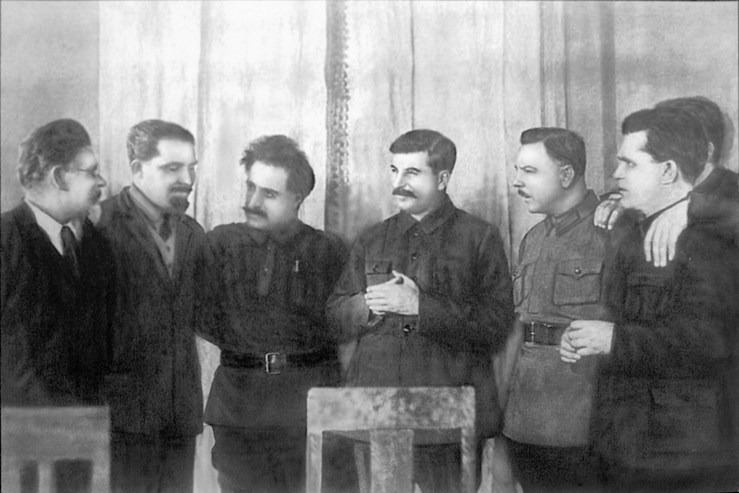 Sztáin születésnapja, balról: Kalinin, Kaganovics, Ordzsonikidze, Sztálin, Vorosilov, Molotov, Kirov / Forrás: Wikipedia.org