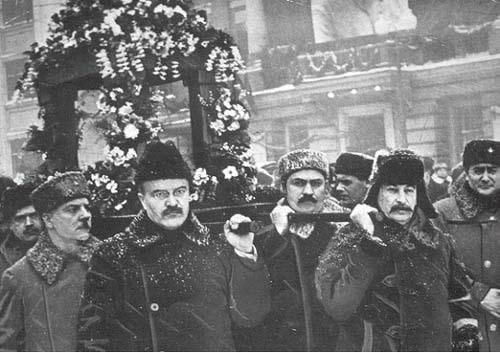 """Ordzsonikidze elvtárs temetése, a """"megrendült"""" Sztálin még a koporsó-szállításba is besegített / Fotó:: Masterandmargarita.eu"""