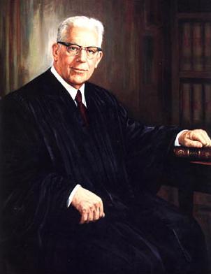 Earl Warren főbíró. Az általa vezetett bizottság láthatóan a vizsgálat gyors és megnyugtató lezárásában volt érdekelt. Fotó: wikipedia.org