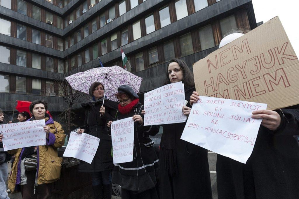 A Nők Lázadása elnevezésű kormányellenes tüntetésen (nokert.hu)