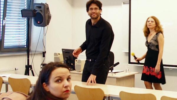Tokár Géza, a Szlovákiai Magyarok Kerekasztala szóvivője, valamint Bolemant Lilla és Antoni Rita egy előadás előkészületei közben (kép: televizio.sk)