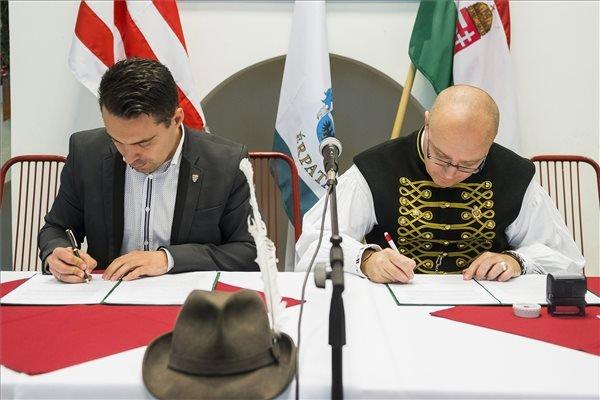 Vona Gábor és Orosz Mihály Zoltán a stratégiai együttműködés aláírásakor 2013-ban. Az iszlám iránti rokonszenv is összeköti őket. (fotó: MTI / Balázs Attila)