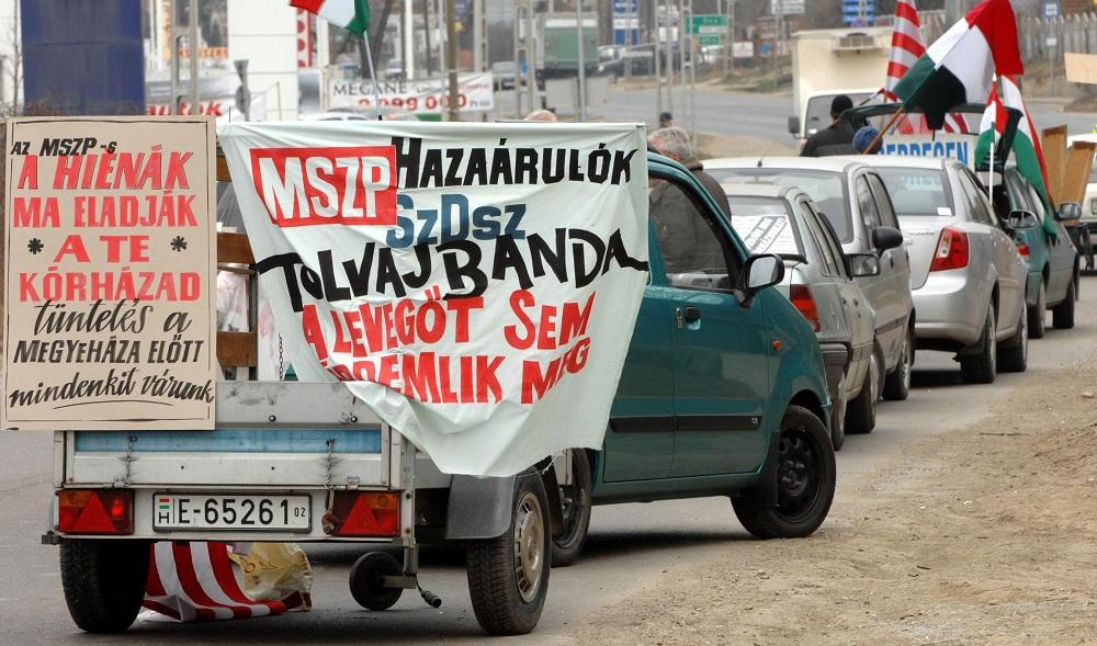 Eger, 2008. február 29. Zászlókkal, transzparensekkel demonstrálnak Eger határában, mialatt a Heves Megyei Közgyûlés ülésezik. A testületnek a megyei kórház vagyonkezelésére és mûködtetésére kiírt pályázatról kell döntenie. Elõzõleg mintegy tíz-húsz ember próbálta megzavarni a köztestület munkáját. A HospInvest Zrt. pályázatát nyilvánította az egri Markhot Ferenc Kórház vagyonkezelésére és mûködtetésére kiírt pályázat nyertesévé a Heves megyei önkormányzat. MTI Fotó: H. Szabó Sándor